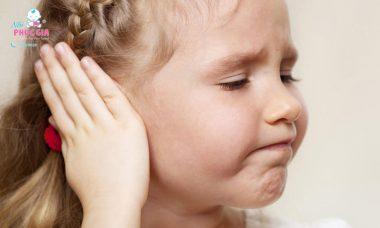 trẻ bị viêm tai ngoài